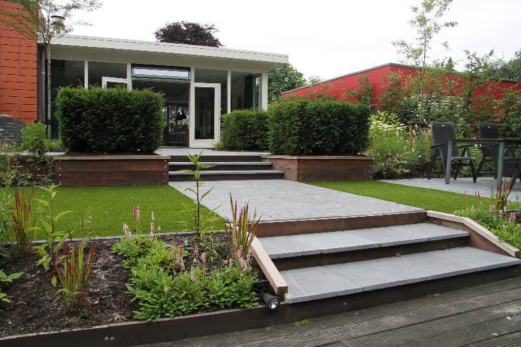 Moderne tuin met hoogteverschillen