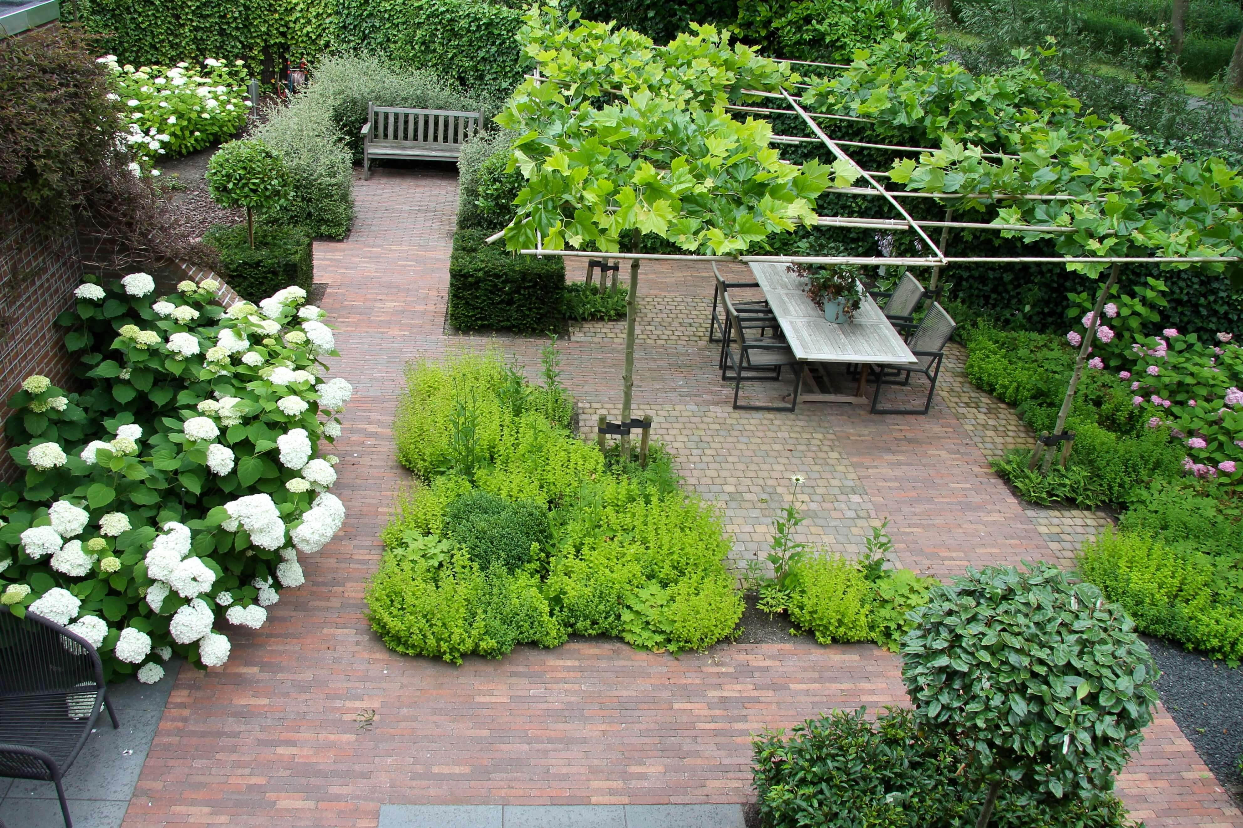 Een tuin met duidelijke zichtlijnen geeft rust als je naar for Huis in tuin voor ouders
