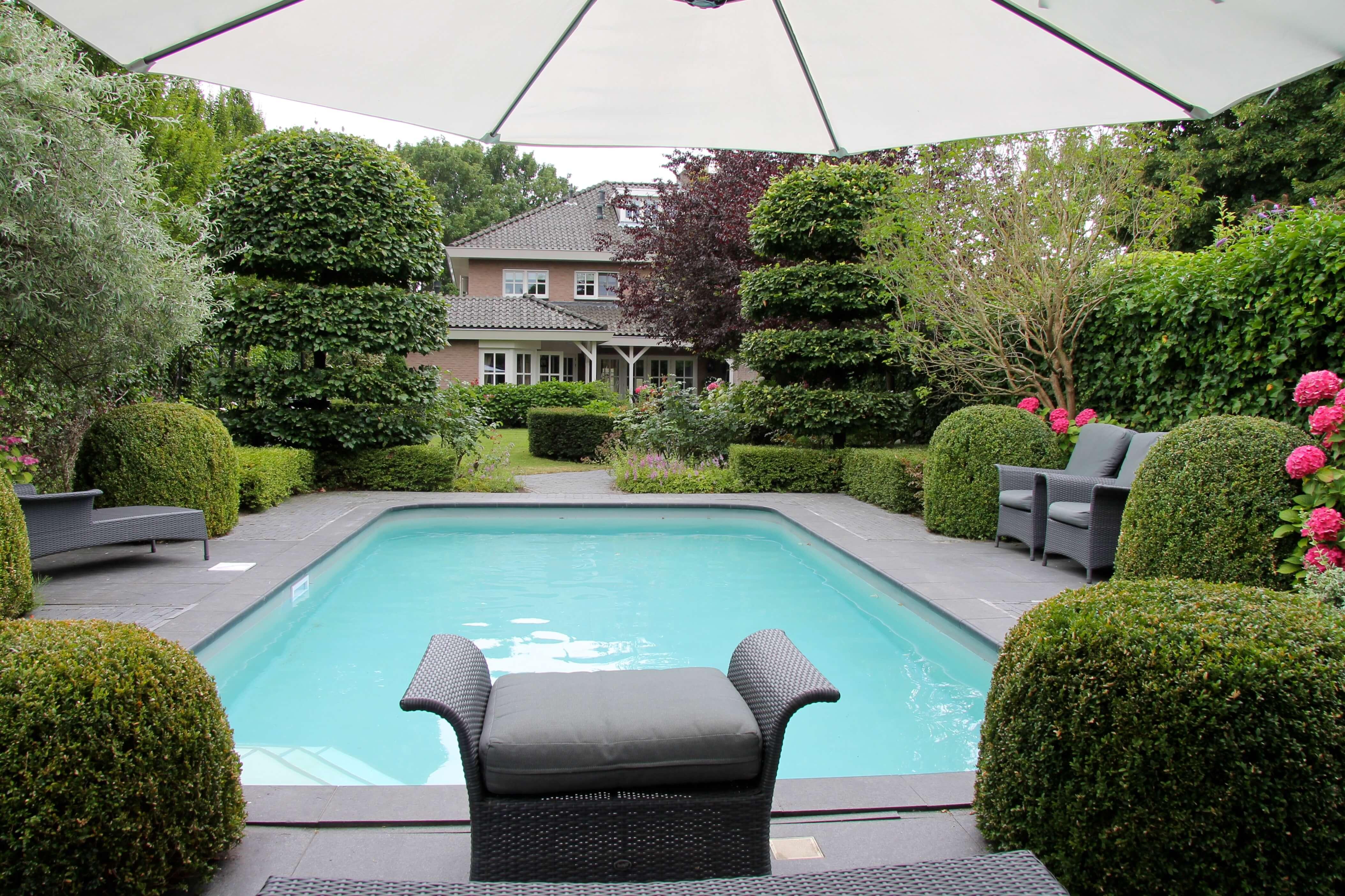 Tuin met zwembad en etagebeuken
