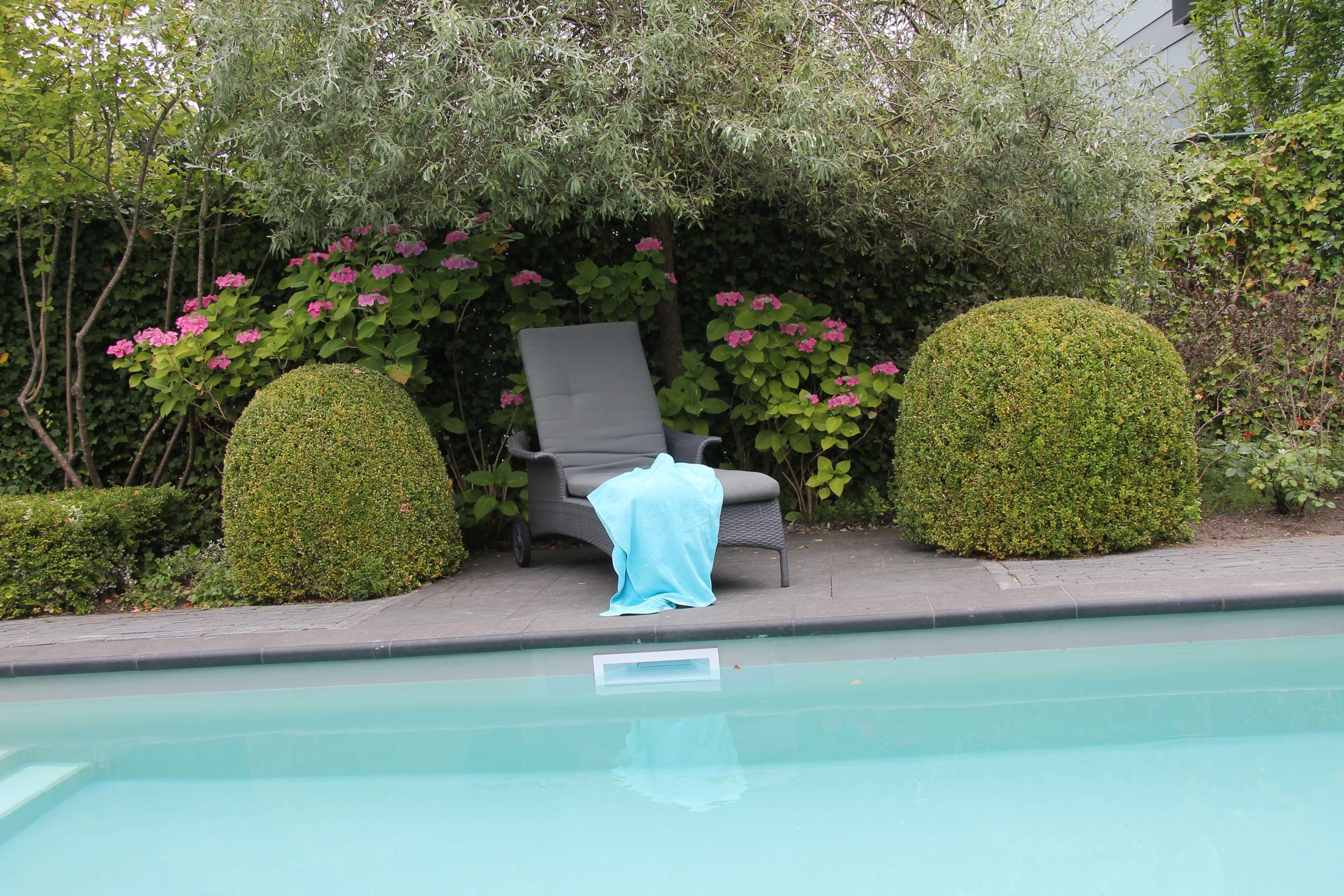 zitten bij het zwembad